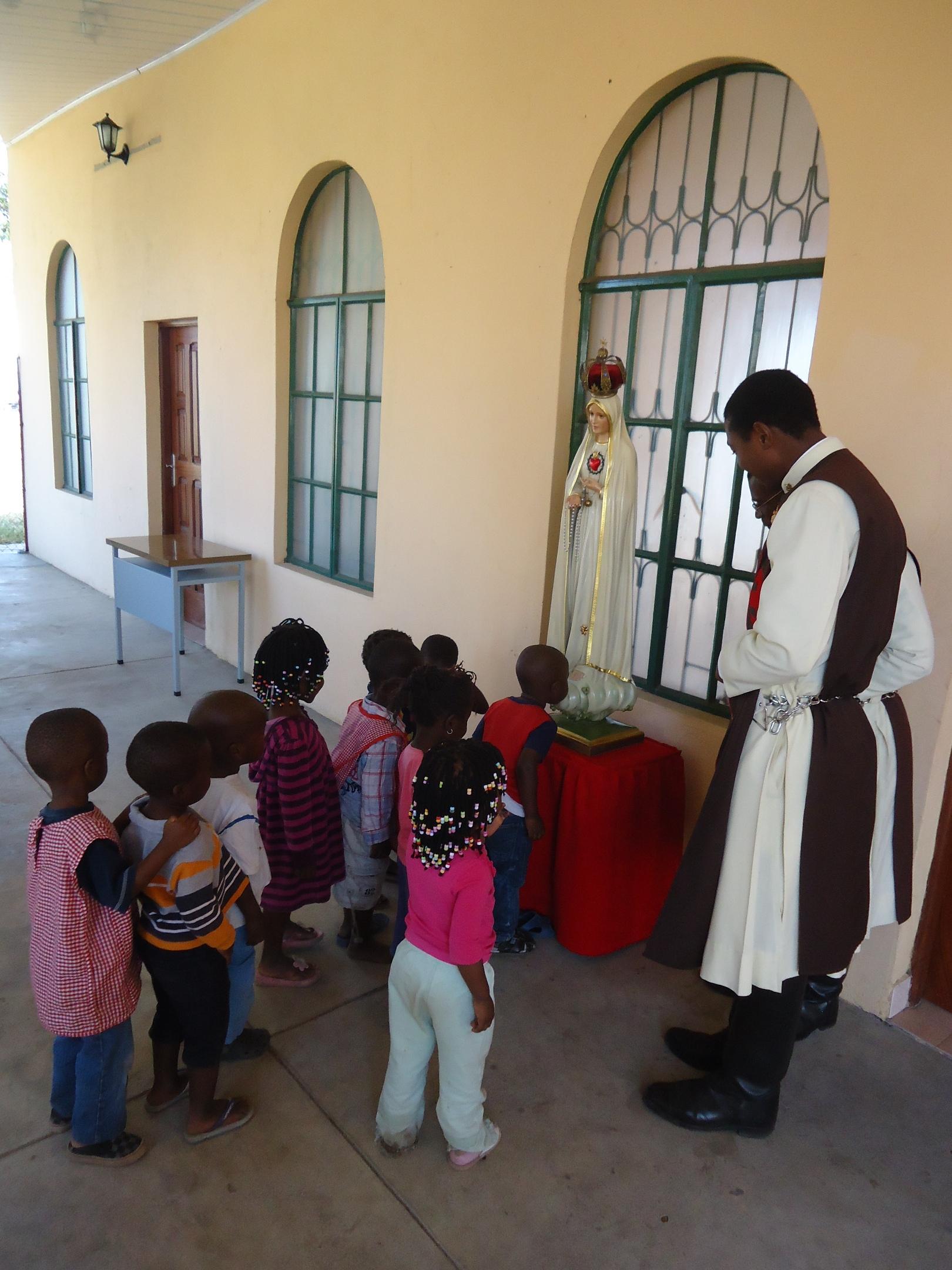 Crianças veneram a imagem da Virgem de Fátima:Arautos_do_Evangelho