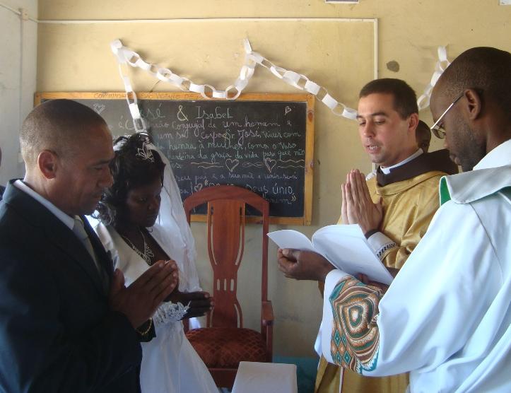 Padre Wagner, celebra casamento em Maputo