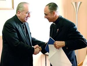 D. Stanislaw Rylko faz a entrega do Decreto pelo qual a Santa Sé confirma a aprovação pontifícia à Associação Arautos do Evangelho