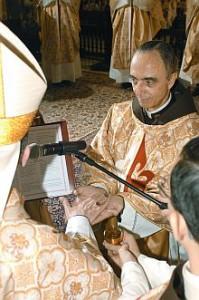 O Bispo unge as mãos do novo sacerdote