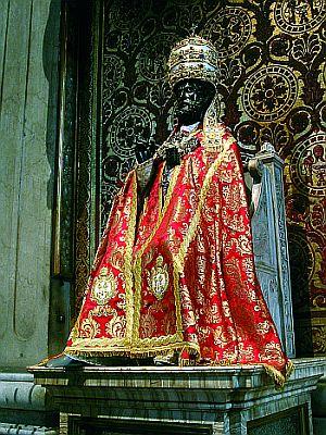 O amor dos cristãos ao Papa é mais forte que todos os cismas: o duro bronze do pé da imagem de São Pedro foi gasto pelos ósculos dos fiéis