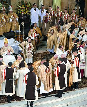 Com um abraço, o bispo ordenante acolhe de forma paternal e visível os novos presbíteros. Os bispos e sacerdotes concelebrantes repetem o gesto em sinal de acolhida e fraterna colaboração