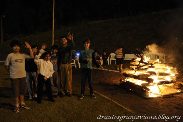Jovens na fogueira
