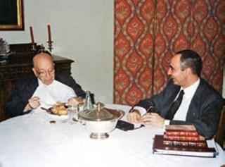 Dr. Plinio e Mons. João durante uma refeição