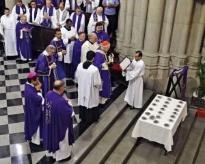 El cardenal Odilo Pedro Scherer bendice las cenizas en la catedral de São Paulo, Brasil, el 22/2/2012