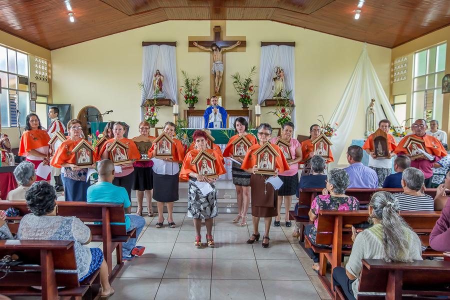 Entrega de Oratorios en La Tigra de San Carlos