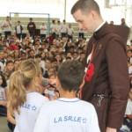 Padre Ryan Murphy recolhe impressões dos alunos