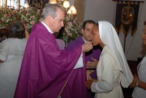 Cardenal administra la Sagrada Comunión