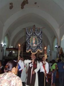 Heraldos llevando el estandarte de la Virgen Dolorosa