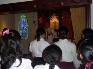 El Padre Javier Colino SJ celebra la Misa en la Casa San Vicente Ferrer