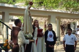 Coronación de la Virgen durante el acto de la bandera.