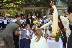 Los niños le ofrecen flores a la Virgen
