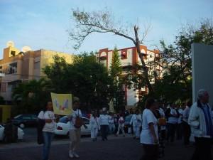 Los fieles acompañan la procesión