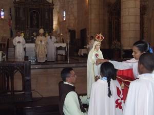 Dos niños coronan la Virgen