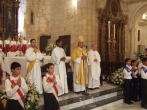 Mons. Diomedes Espinal, Obispo de Mao-Montecristi, junto a los concelebrantes y al Diac. Juan Pablo Merizalde EP