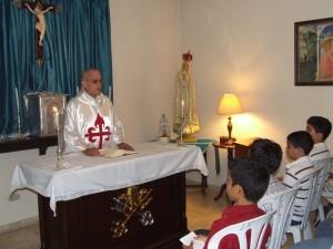 El Pe. Carles durante la homilia en la Casa Mater Boni Consilii de los Heraldos del Evangelio en Santo Domingo