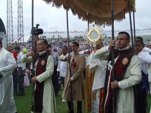 Algunos heraldos llevan el palio del Santísimo Sacramento, el cual es conduzido por el Cardenal Lopez Rodriguez.