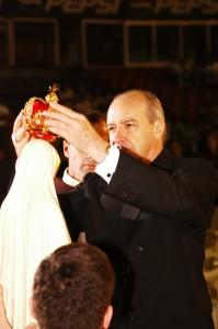 El Cardenal Lopez Rodriguez coronando la Imagen de Nuestra Señora de Fátima.