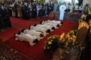Los jovenes se prosternan durante la letanía de todos los santos.