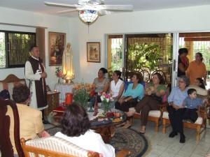 Uno de los heraldos explica los misterios de Fátima a un hogar dominicano.