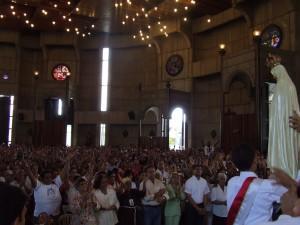 El público aclama a la Virgen Coronada.