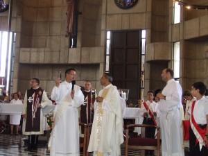 El Diac. Juan Pablo Merizalde EP, Director de los Heraldos en RD, agradece al Pe. Chelo la invitación a la Catedral de La Vega.