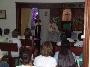 El Pe. Lucas Lafleur durante el sermón en la Capilla de la Casa San Vicente Ferrer de los Heraldos.