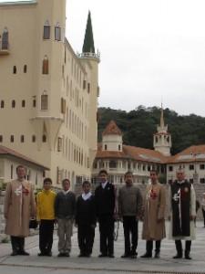 El grupo de dominicanos, acompañados por dos Heraldos dominicanos, en la Casa Madre Thabor.