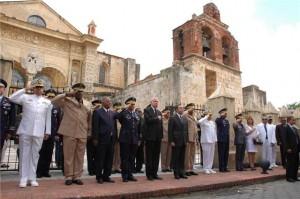 Autoridades civiles y militares frente a la Catedral de Santo Domingo.