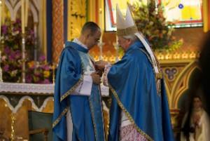 """El Cardenal Rode al momento de ponerle la medalla """"Pro Ecclesia et Pontifice"""" al Mons. João S. Clá Dias EP"""