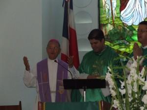 Mons. Pablo Cedano dirige unas palabras de gratitud por el servicio del Padre Manuel en el Buen Pastor