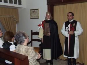 Uno de los jóvenes Heraldos representa un caballero medieval.