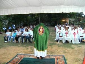 El P. Jesús Castro durante la homilia.