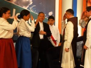 Mons. Pablo Cedano al final del programa dando la bendición