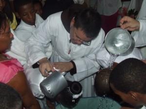 El Diácono Juan Pablo Merizalde EP bautiza una de las 125 personas que recibieron este sacramento en los botados