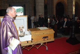 El Cardenal durante la comunión en la Misa por el alma de Mons. Roque Adames