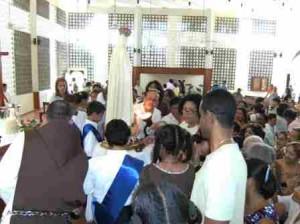 Después de la Eucaristía, la imagen de la Santísima Virgen estuvo disponible para la veneración de los fieles.