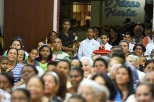 La Coronación de la imagen de la Virgen estuvo a cargo de algunos jóvenes y jovencitas de los Heraldos del Evangelio que participan activamente como miembros de esta parroquia