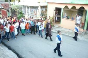 Fieles entusiastas acompañan la procesión