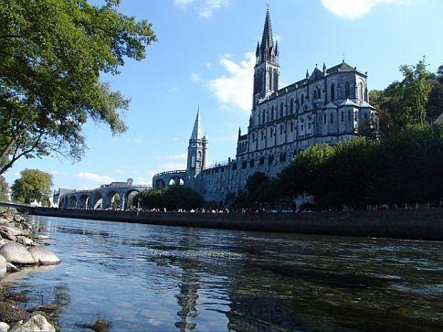 El santuario de Lourdes es uno de los mayores centros de peregrinación del mundo católico, acogiendo cerca de 6 millones de peregrinos todos los años