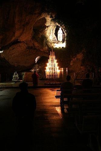 En la gruta de Massabielle, donde María pidió a Bernardette que rezase por los pecadores, se operaron verdaderos milagros de gracia