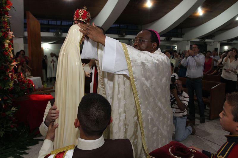 Mons. León Kalenga, Nuncio Apostólico de El Salvador, Corona la imagen de Nuestra Señora de Fátima