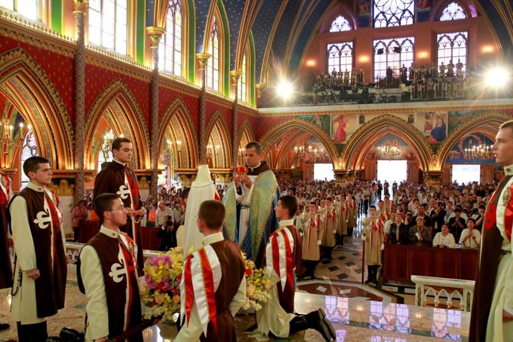 Solene coroação da imagem peregrina de Nossa Senhora de Fátima