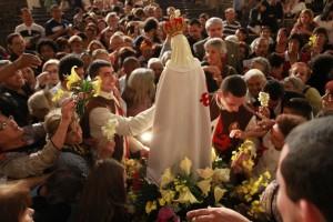 Todos de baixo do manto da Santíssima Virgem