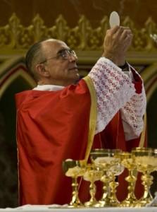 Mons. João Scognamiglio Clás Dias elevando o Santíssimo Sacramento na Igreja Nossa Senhora do Rosário, Brasil