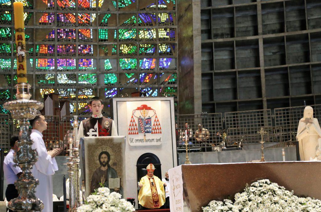 Arautos do Evangelho cantam na celebração da Páscoa dos Militares