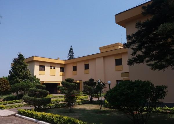 Vista da casa, do jardim e entrada principal