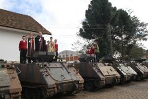 Entre tanques de combate também se reza