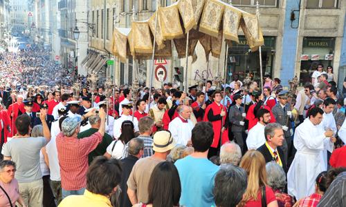 Multidão participa na procissão do Corpo de Deus