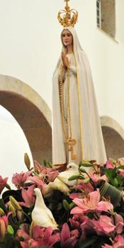 Pombas brancas aos pés da Imagem de Nossa Senhora